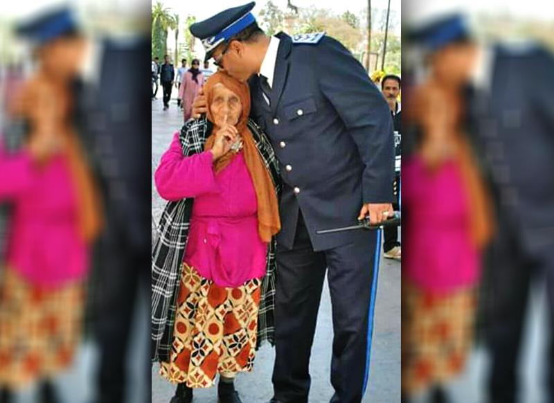 قصة شرطي يقبل رأس مسنة بسطات تتير اعجاب رواد الفيسبوك
