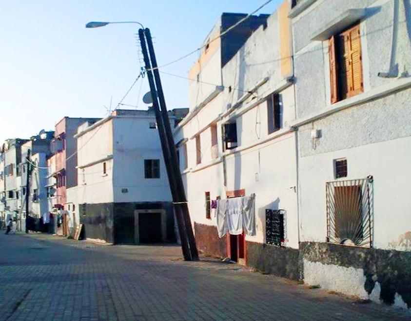 أعمدة كهربائية خشبية تنذر بكارثة بحي البطوار بسطات
