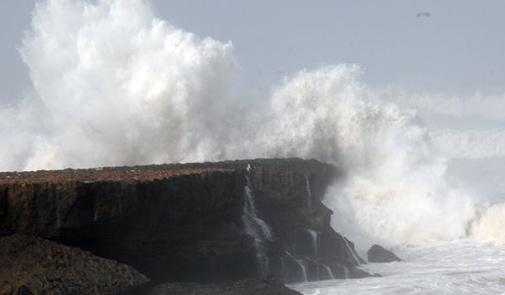 أمواج عالية ليلة الخميس الجمعة بالسواحل الأطلسية