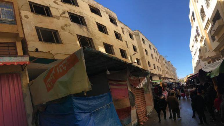 """تجار """"الدريجات"""" يطالبون بالعودة لممارسة نشاطهم التجاري بعد انتهاء الهدم الجزئي لعمارة كانت آيلة للسقوط"""